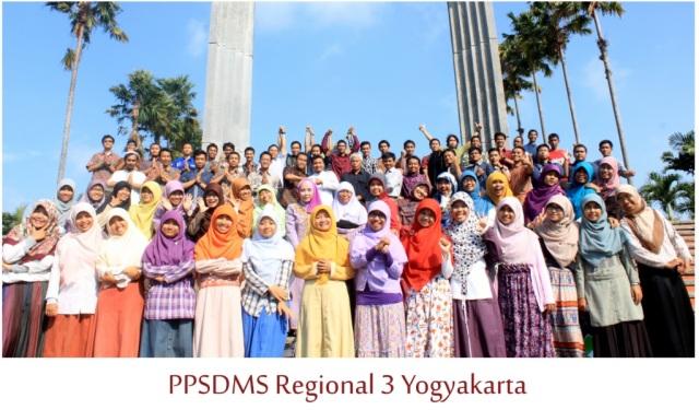 Ohya belum saya kenalkan, jadi untuk regional Jakarta dan Jogjakarta, kami ada asrama putri juga selain ada asrama putra, dan inilah kami Keluarga Besar Nakula Enam dan Srikandi Enam (Nanem Srinem) PPSDMS NF Regional 3 Jogjakarta :D