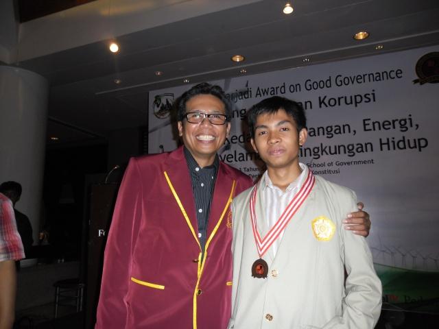 Ini dia sang Juaranya baru foto bareng Bang Fadjrul Rachman (Izin posting ya kang Rajif :D)